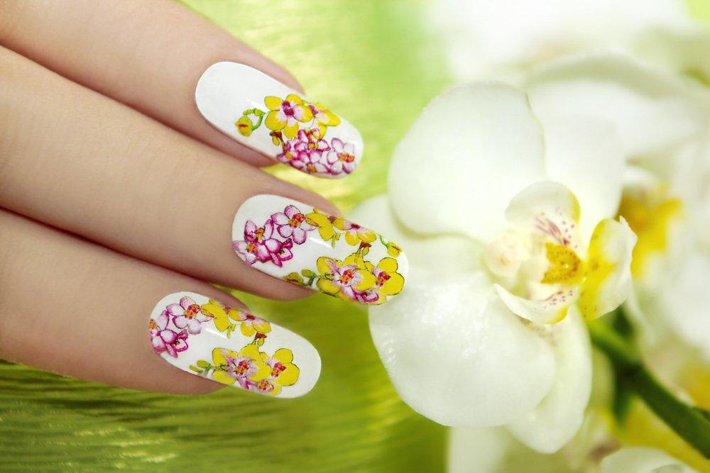 unhas com adesivos de flores