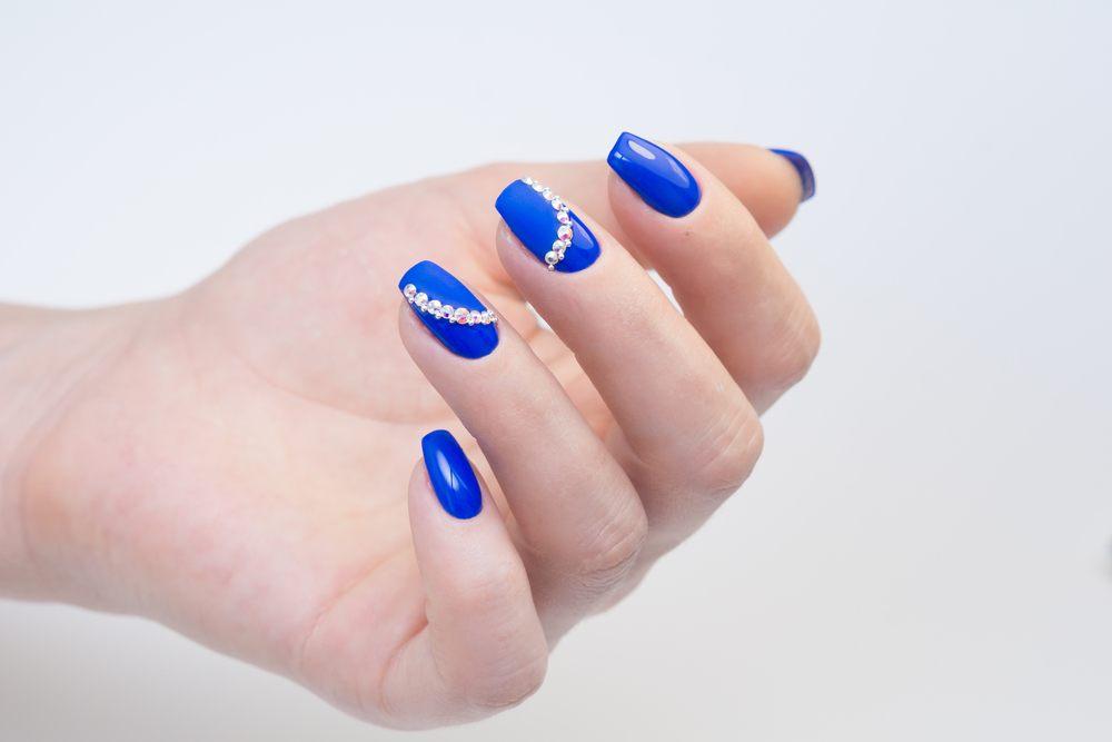 unhas azuis com pedrarias