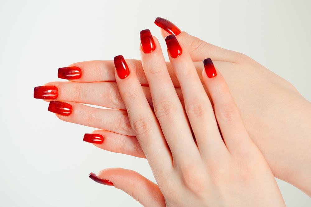 unha em degrade vermelho e preto